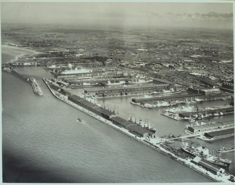 Photograph of Panoramic view of docks, Gladstone to Langton from Mersey, MDHB (Mersey Docks and Harbour Board) card