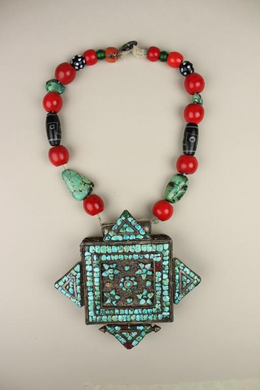 Woman's amulet box with necklace / ga'u thub zhi card